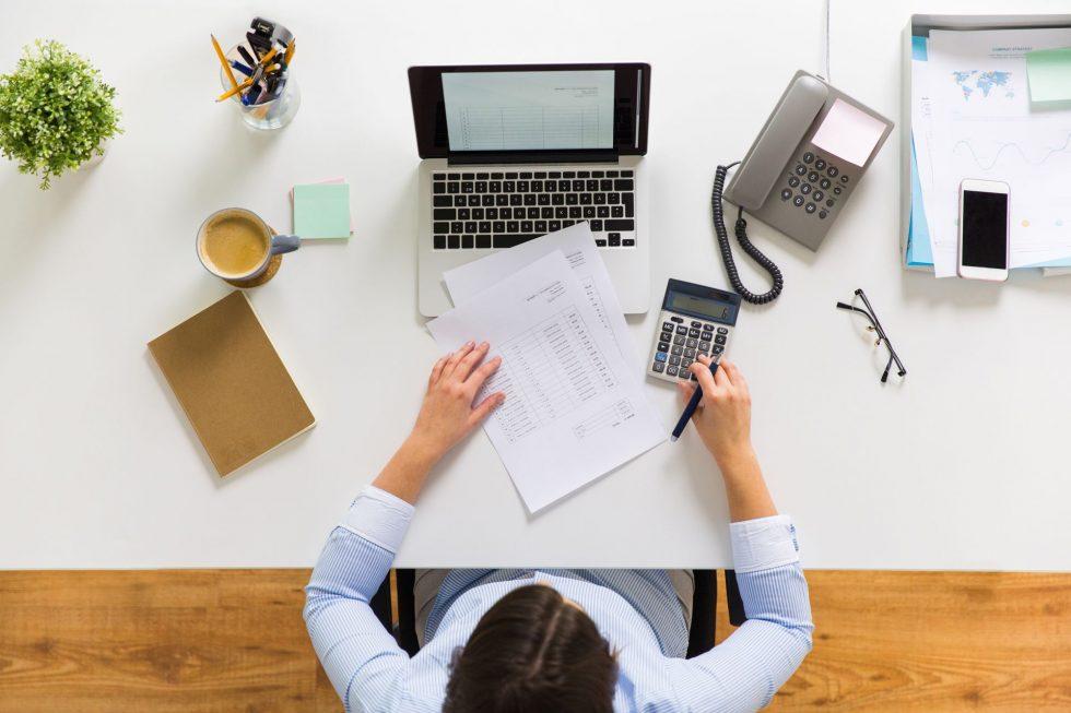 kobieta w biurze rozlicza podatki